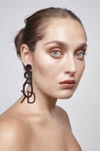 modelo con pendente rock marron