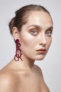 modelo con pendiente rock rojo