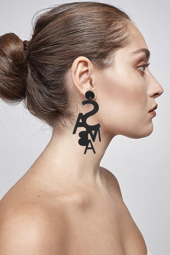 modelo con pendientes negros samba